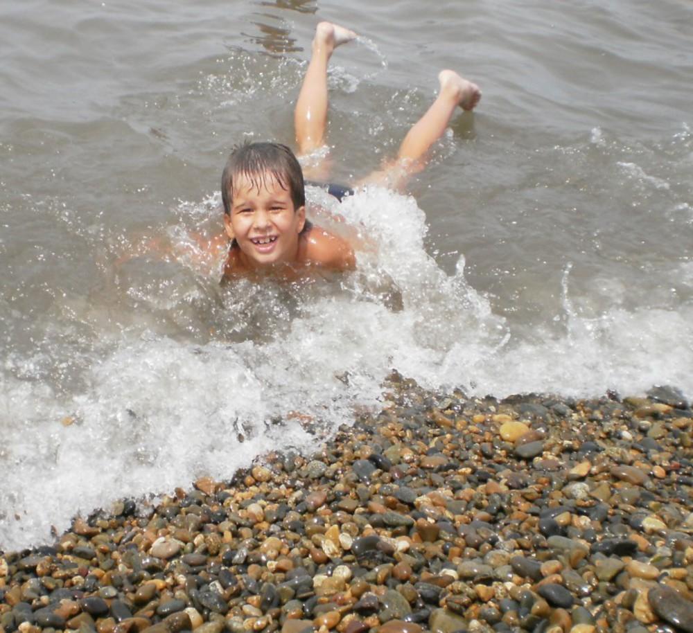 Мама зашла когда сын купался и неудержалась видео