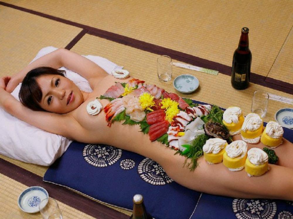 Японский фильм мужик ел пельмени засовывая их во влагалище женщины