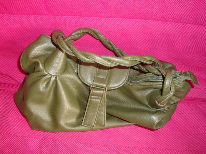 Продам сумку AVON зеленого цвета, собачка работает, но отпал хвостик.