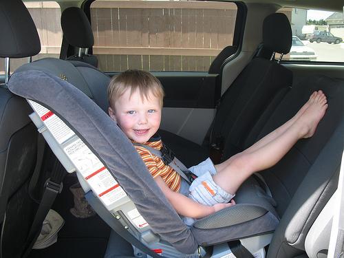 Как сажать ребенка в автокресло вперед 210