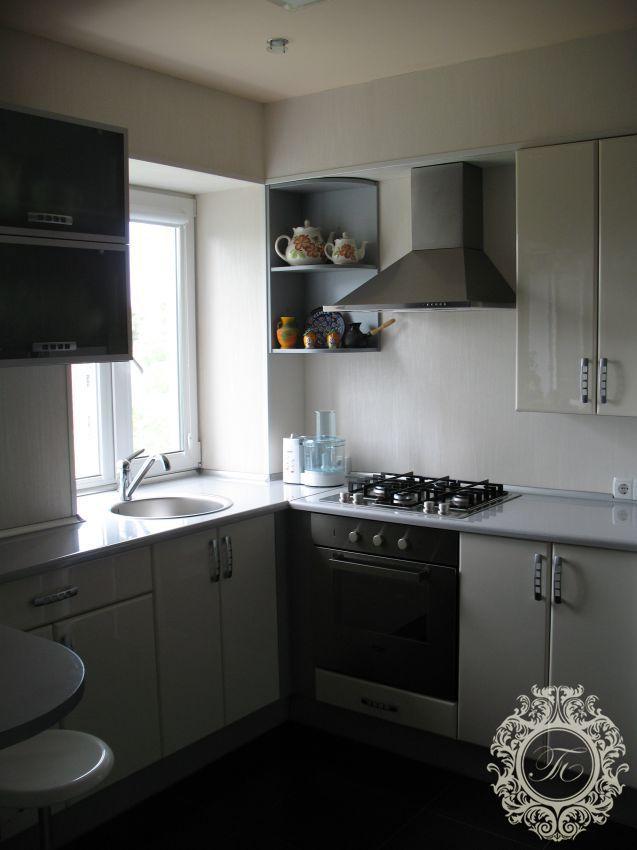 Дизайн кухни с раковиной у окна