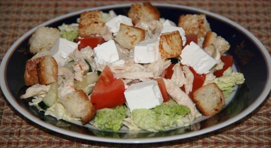 Салат цезарь с сыром фетакса