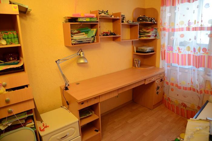 Полки над письменным столом для школьника своими руками.