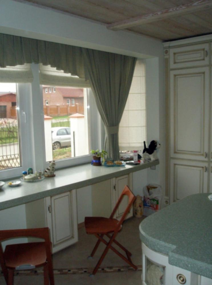 Дизайн подоконника на кухне, фото kuhniplan.ru.